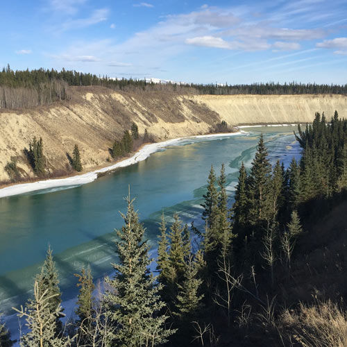 On the banks of the Yukon River just off the Klondike Highway we can see the landscapes that the first settlers discovered just over 100 years ago.